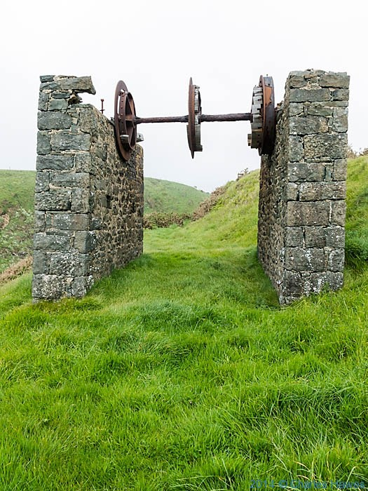 Ruined building of  Nant mine on the Llen peninsula, photographed by Charles Hawes